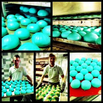 De Stadsbakker bakt blauwe bollen