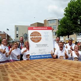 Grootste stroopwafel ooit gebakken in Gouda