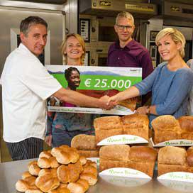 Tanja Jess neemt cheque Mama-brood in ontvangst
