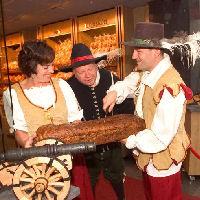 Kanonnen sieren nieuwe winkel van Bakker Nales