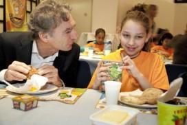 Kamerleden ontbijten met kinderen in Nieuwspoort