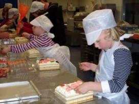 Bakkers laten kinderen bakken voor mama