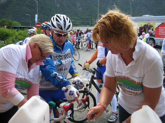 Kees Gutter doneert €3869 aan Alpe d'HuZes