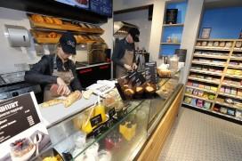 Warme bakker in pompshop Shell