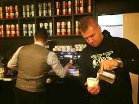 Barista lunchroom Coffeelicious strijdt om NK-titel Latte Art