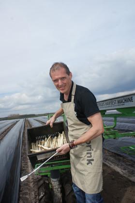 Kweker en bakker bedenken worstenbroodje met asperge
