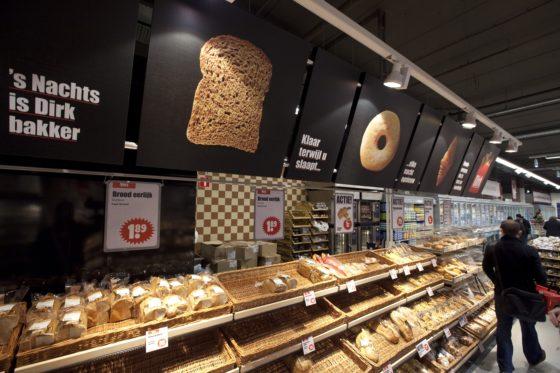 Klanten Dirk van den Broek snijden zelf hun brood