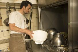 'Afwasmachine in de bakkerij werkt snel en efficiënt en verdient zich terug'