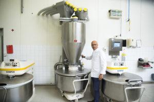 Carl Siegert bedient de weegbunker met stofkap en afzuigsysteem.