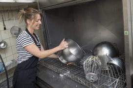 Nieuwe gereedschappenwasmachine levert bakkerij Hermans tijd- en geldwinst op