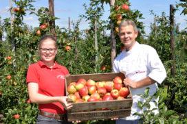 Bakkerij Willemse trakteert Zonnebloem Hilvarenbeek op streekspecialiteit
