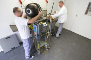 Jan Triemstra (l) en Bernard Siesling zijn samen een geolied team.
