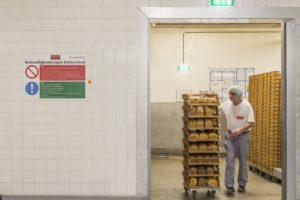 De basisveiligheidsregels vinden de medewerkers overal in de bakkerij terug.