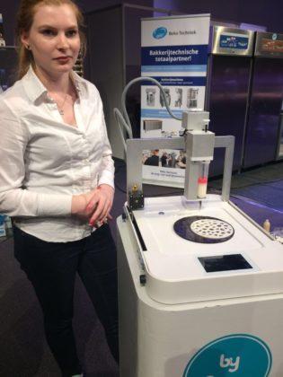 De 3D Food Printer van byFlow wordt gedemonstreerd door Fabiënne Hunnekens op de stand van Beko Techniek.