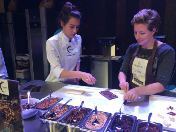 Sophie Leenders van Beko (links) bij Chocolade Compleet.
