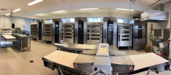 De bakkerij is ingericht naar de modernste eisen door Spronk Bakkerijmachines.