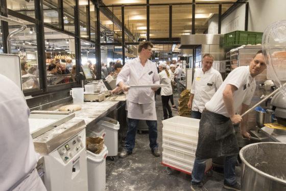 In de Jumbo Foodmarkt wordt ook brood in de winkel gemaakt.  Foto: Jan Willem van Vliet