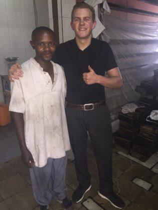 Giel Vermeulen met een Burundese collega in een bakkerij in hoofdstad Bujumbura. Foto: Giel Vermeulen/Facebook