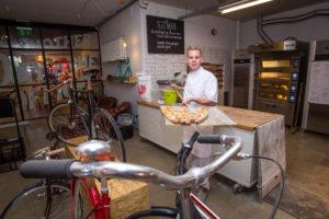 Joris van Duijnhoven opent instore bakkerij in fietsenwinkel