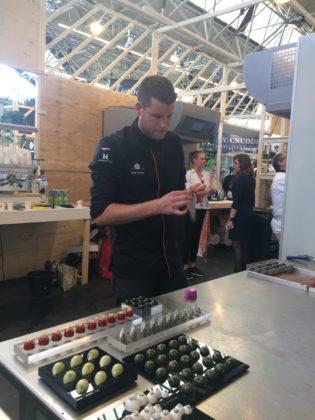 NPT-lid Robin Hoedjes laat zien hoe de horeca kan uitpakken met prachtige en zeer smaakvolle bonbons.