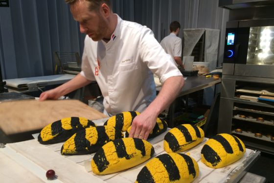 Roel Tegels maakt Tijgerbrood 2.0:  met inktvispoeder en kurkuma.  Foto's & film: Anne  Mieke Ravenshorst