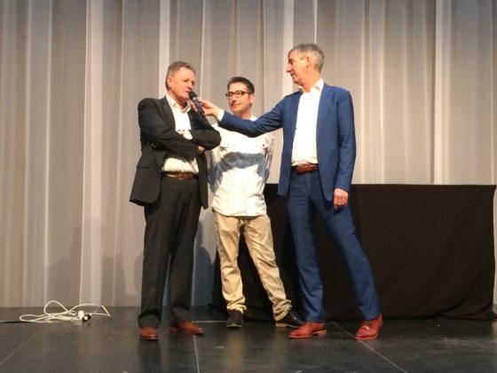 NBOV-voorzitter Jos den Otter (r) vraagt Hans Som hoe hij dit toch iedere keer weer voor elkaar krijgt als coach.