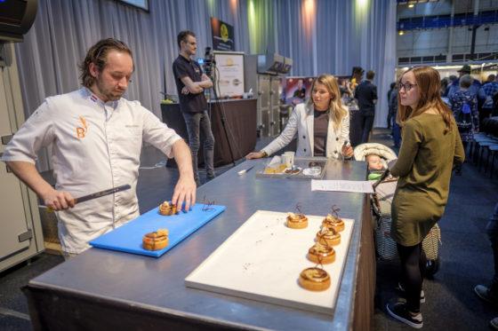 Mike Onasse van het Boulangerie Team demonstreert de productie van het Koffiebroodje 2.0  (C) Roel Dijkstra / Joep van der Pal