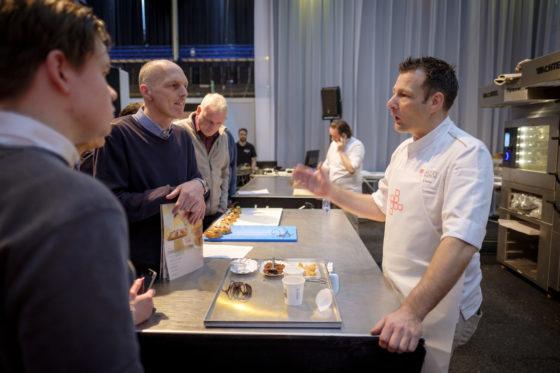 Hans Heiloo, die nu stopt met het NPT en zich bij het Bakery Institute gaat toeleggen op brood,, geeft uitleg.  (C) Roel Dijkstra / Joep van der Pal    Bakkersvak 2018 in de Evenementenhal Gorinchem