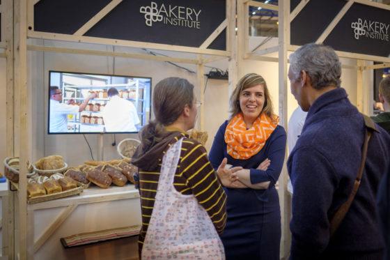 Directeur Tamara Hoogerwaard staat geïnteresseerden voor een opleiding aan het Bakery Institute te woord.  (C) Roel Dijkstra / Joep van der Pal