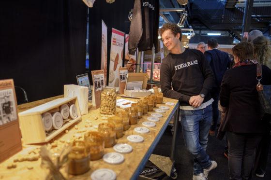 Op brood hoort pindakaas, vindt Pindakaas - kleinschalige producent van pindakaas in allerlei varianten. De stand mocht zich verheugen op vele bezoekers. Volgend jaar misschien toch proeven op brood, geeft Michiel Vos aan.  (C) Roel Dijkstra / Joep van der Pal