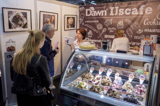 In het IJscafé van Dawn Foods laat de toeleverancier zien welke combinaties er te maken zijn tussen ijs en bakkerij-ingrediënten. Koffie wordt dé nieuwe ijssmaak van 2019 weet Yvonne de Swart van Dawn.  (C) Roel Dijkstra / Joep van der Pal