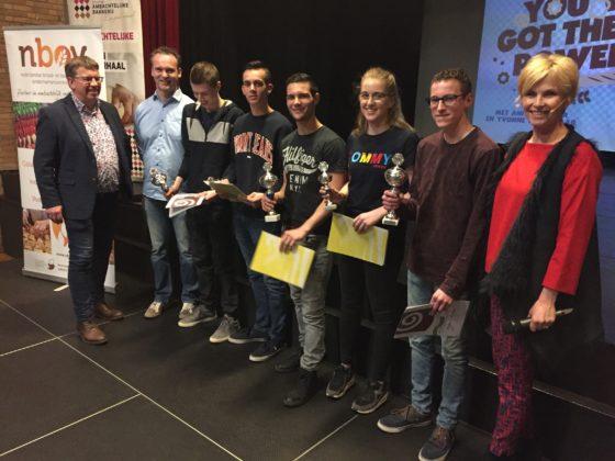 Winnaars van de jeugdwedstrijd, met winnaar Robin de Munck, 3e van links.