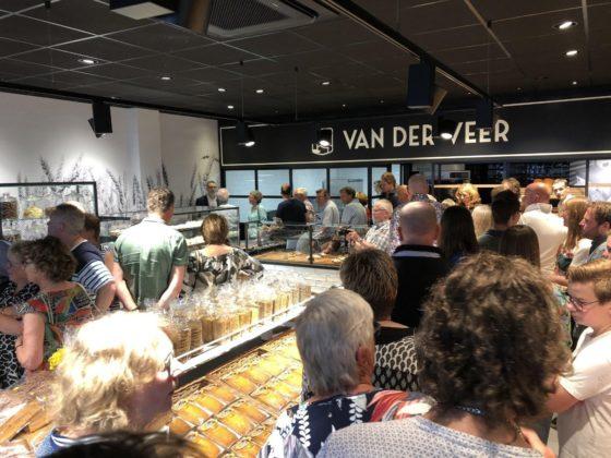 Echte Bakker Van der Veer heeft een nieuwe winkel geopend in Ede. 'Het is nog even wennen, maar we zijn er heel blij mee', aldus Remco van der Veer. Foto's: Remco van der Veer
