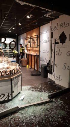 'De glacékoeken zagen er zó smakelijk uit, dat er besloten is om de deur in te gooien met een baksteen.' Foto: Bakkerij Beerse/Facebook
