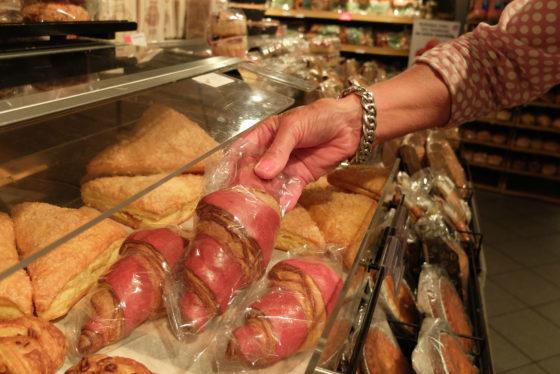 AH krikt kleinbroodprijs op met rood-roze croissant