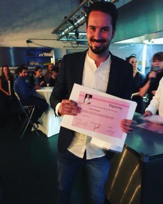 Tomas Knoops, chef patissier bij Intelligentia ICE in Eindhoven, toont trots het diploma van Pastry 'The Next Level'. Foto: Tomas Knoops/Facebook