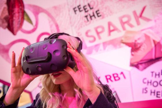 Barry Callebaut geeft met een VR-bril een rondleiding door de chocoladefabriek.