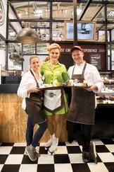 Andrea Schirmaier-Huber, een Duitse televisie-bakker, lanceerde maandag het thema All Time Favorites met de bereiding van de Fast Chocolate Meal, samen met pastry chef Bart de Gans en een gastvrouw in de stand van Dobla op IBA 2018.