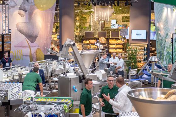 Veel belangstelling is er ook voor nieuwe technologie en machines, zoals hier bij het Duitse Vemag.