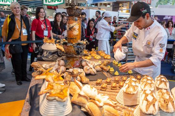 iba-UIBC-Cup of Bakers kürt die Meister des Universums in der Halle B3. Die besten Bäcker aus zwölf Nationen backen beim iba-UIBC-Cup of Bakers in München um die Goldmedaille und weltweite Anerkennung. Diesjähriges Thema ist das Universum. Hier das Team aus Peru bei der Vorbereitung der Präsentation.