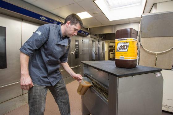 Het gebruik van andere olie verbetert de werkinig van de invetmachine (plaatpoetsmachine) en de afweegmachine. Foto: Medewerker Jeroen Gesell (37) voegt olie Trennaktiv B110 toe aan de invetmachine