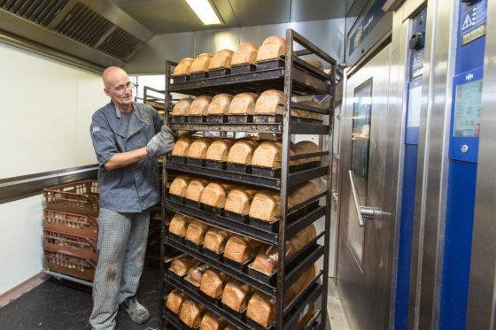 Medewerker Ed Everaardt (48) aan het werk in de bakkerij