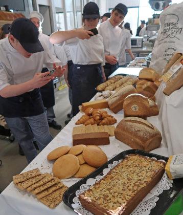 Scalda-leerlingen fotograferen hun zelfgemaakte producten. Foto: Scalda College voor Brood en Banket