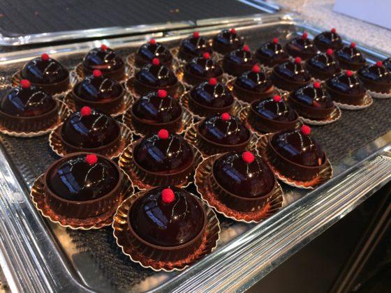 Remmelzwaal maakt mini-chocolade bombes die gretig worden geproefd op de Horecava.