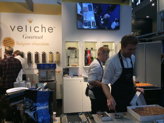 Peter Remmelzwaal geeft chocoladedemonstraties bij de Belgische chocoladeleverancier Veliche Gourmet.