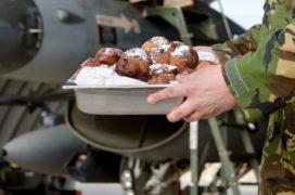Royal Steensma verrast soldaten met oliebollen