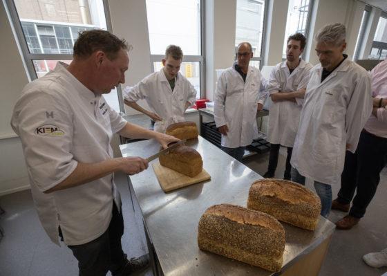 Beoordeling aan het eind van de dag: een smaakvol, malser brood luidt de conclusie.