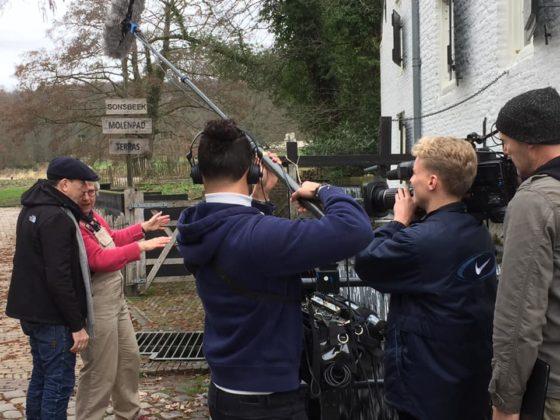 De tv-ploeg aan de slag bij De Witte Watermolen.