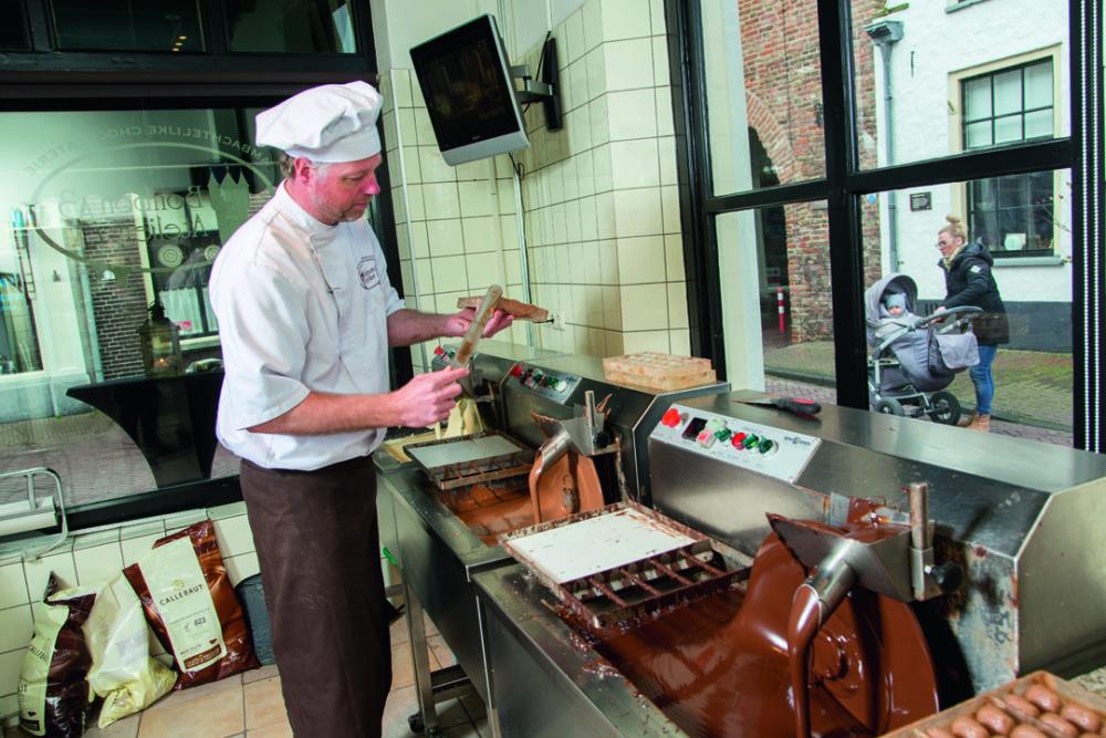 Chocolatier Kikkert zweert bij 'ouderwetse' chocolademachine