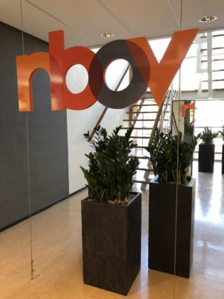Het NBOV-logo als eyecatcher bij binnenkomst.
